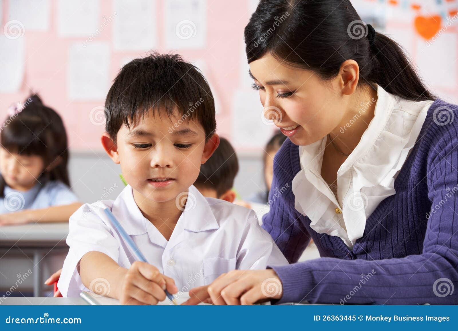 Lehrer-helfender Kursteilnehmer in der chinesischen Schule
