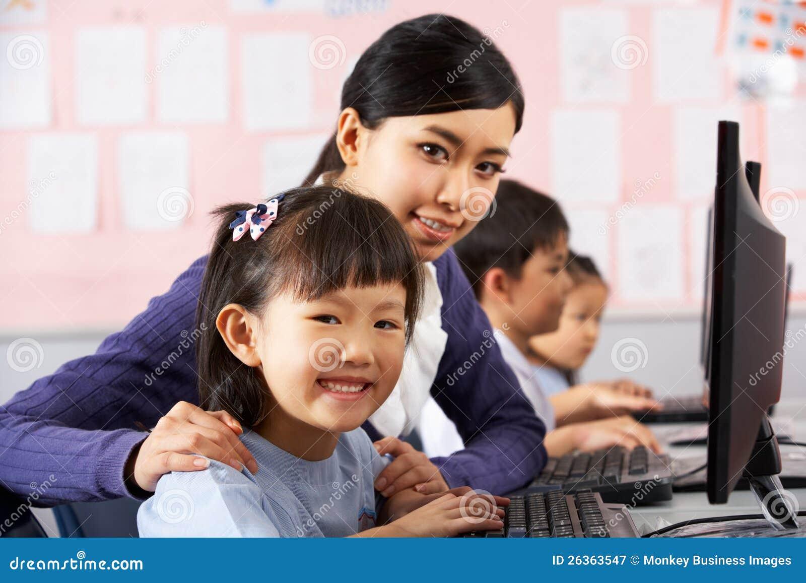 Lehrer-helfender Kursteilnehmer während der Computer-Kategorie