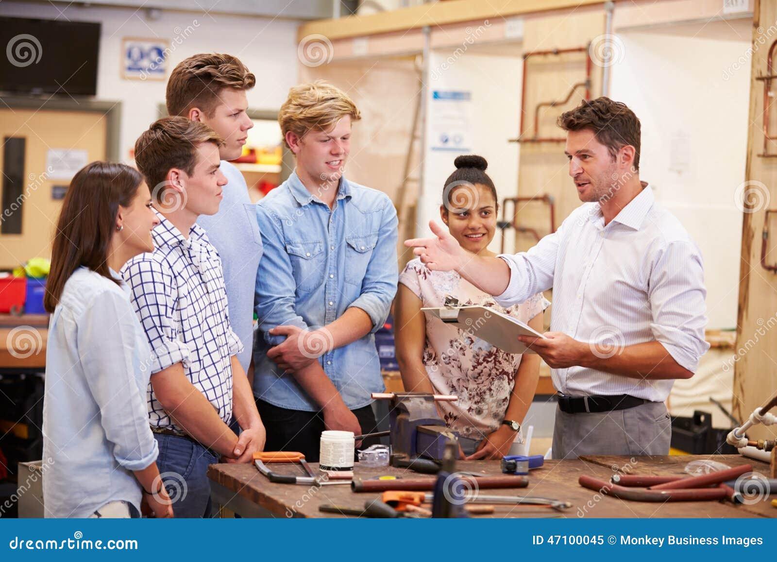Lehrer Helping College Students, das Klempnerarbeit studiert
