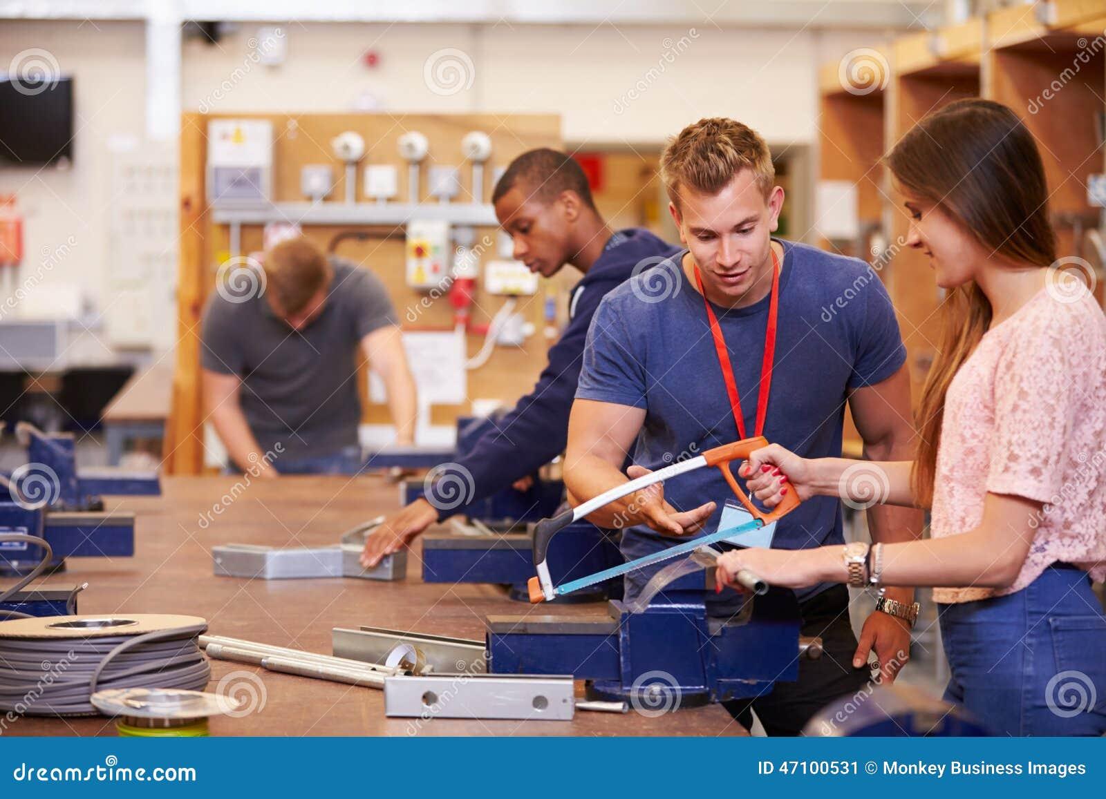Lehrer Helping Students Training, zum Elektriker zu sein
