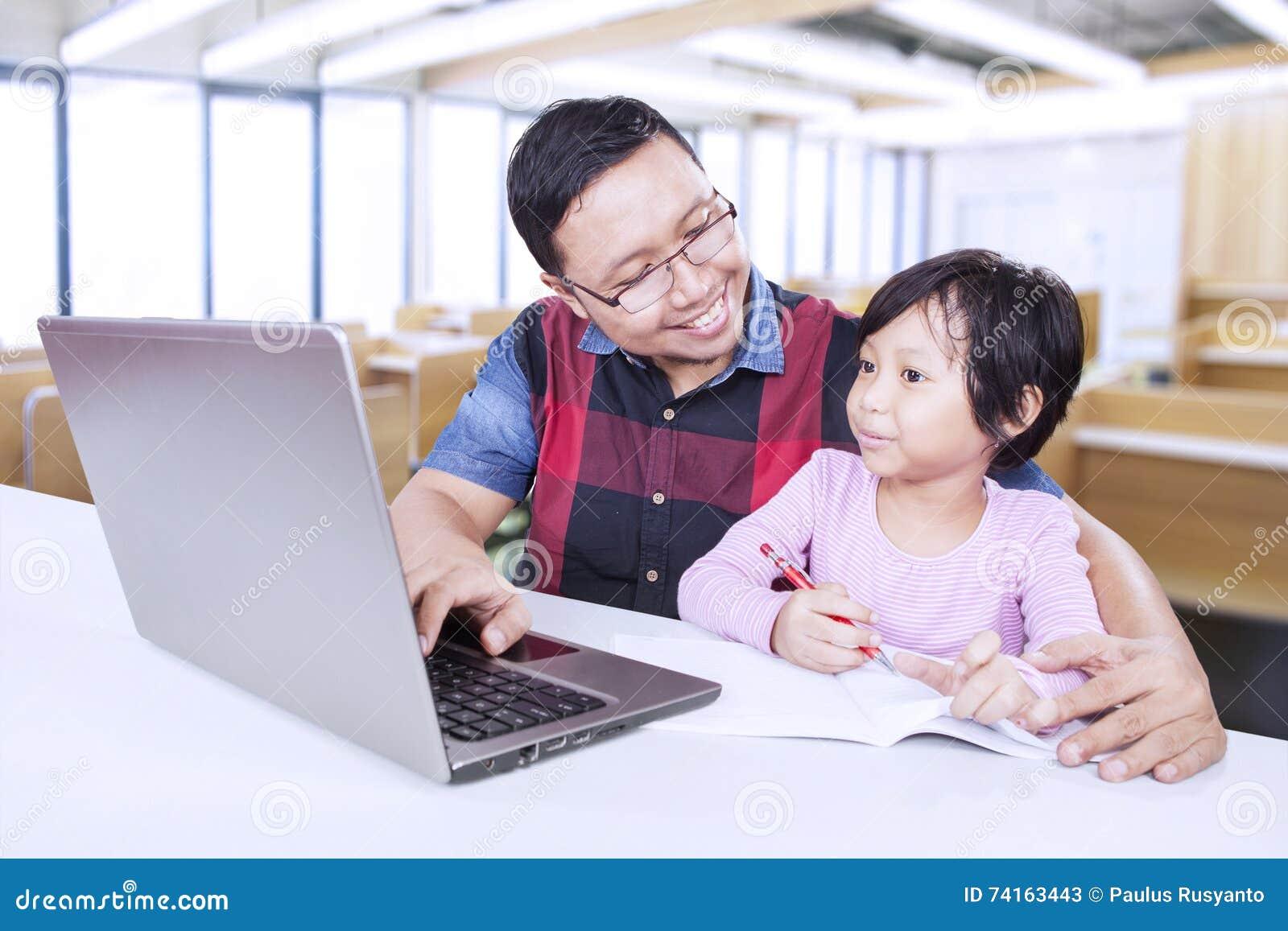 Lehrer Hilft Studentin Zu Studieren Stockbild - Bild von notizbuch ...
