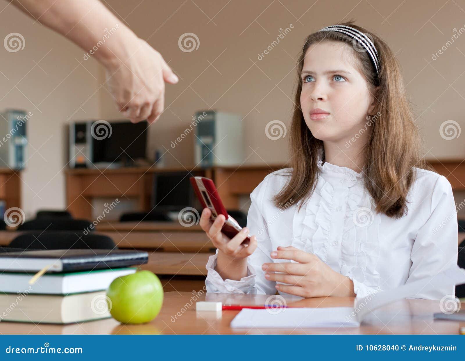 Stockfoto lehrer konfisziert handy an der lektion