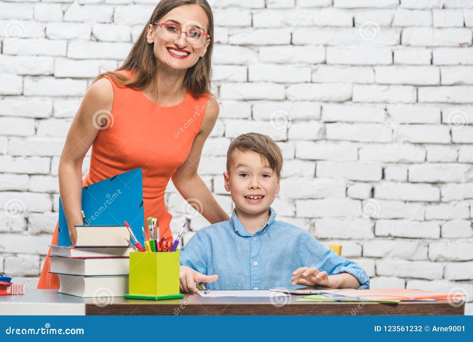 Lehrer und Schüler, welche die Kamera betrachten