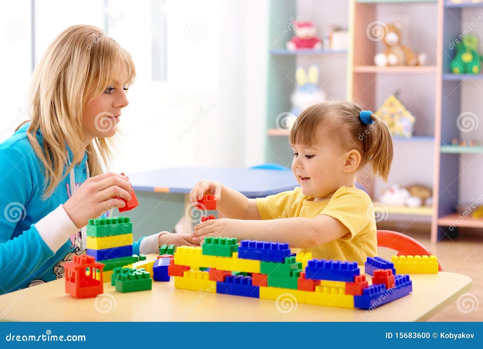 Lehrer- und Vorschülerspiel mit Gebäudeziegelsteinen