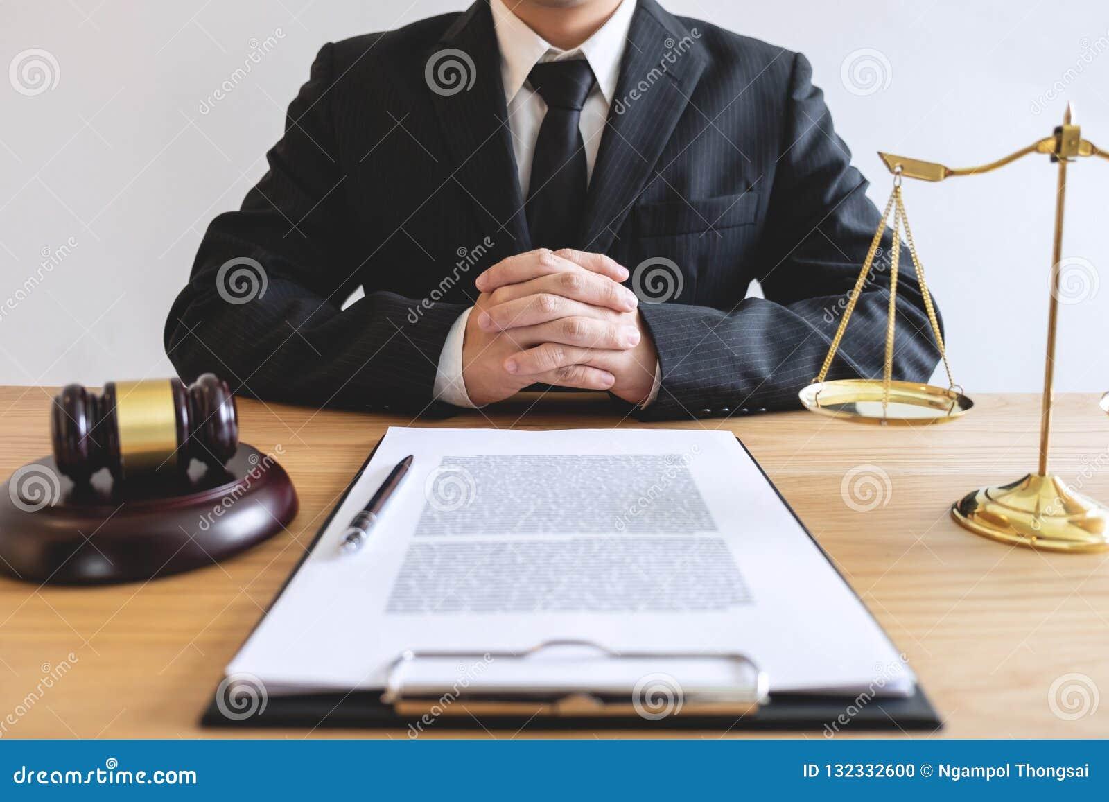 Lei legal, conceito do conselho e da justiça, advogado masculino ou wor do notário