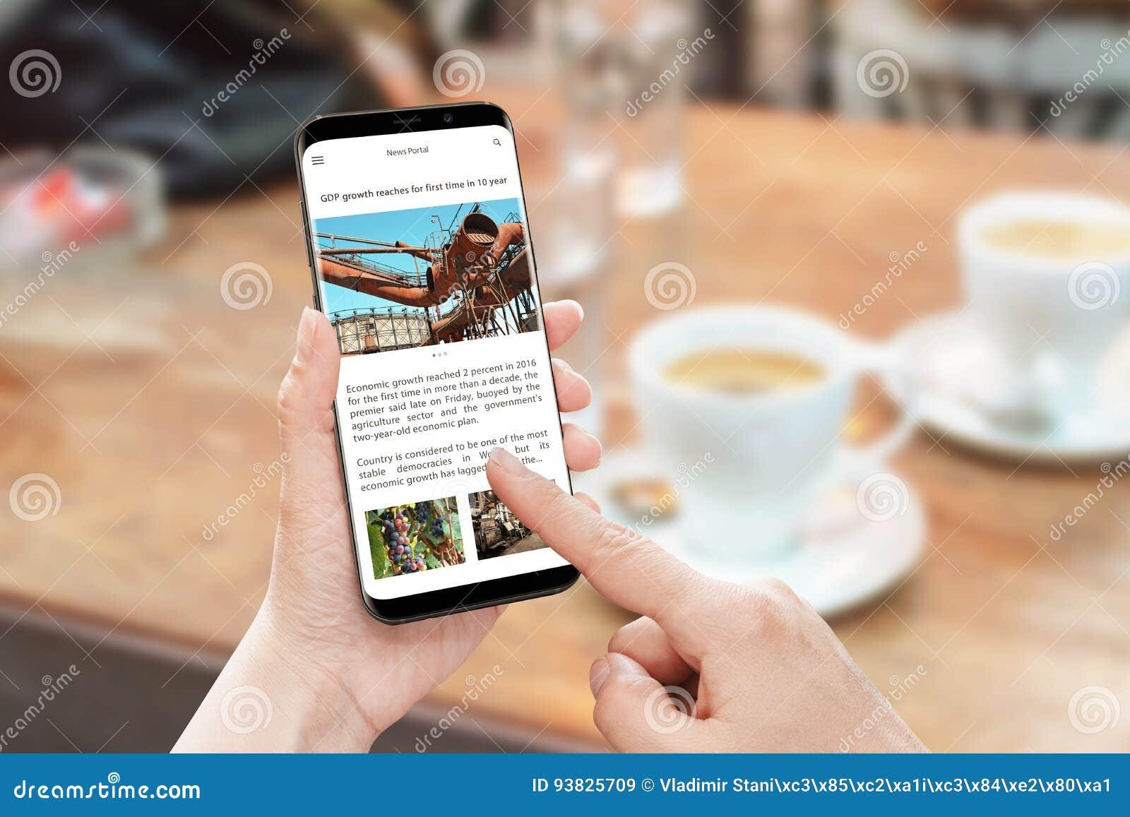 Leia o artigo noticioso com telefone esperto Site portal da notícia com informação do negócio