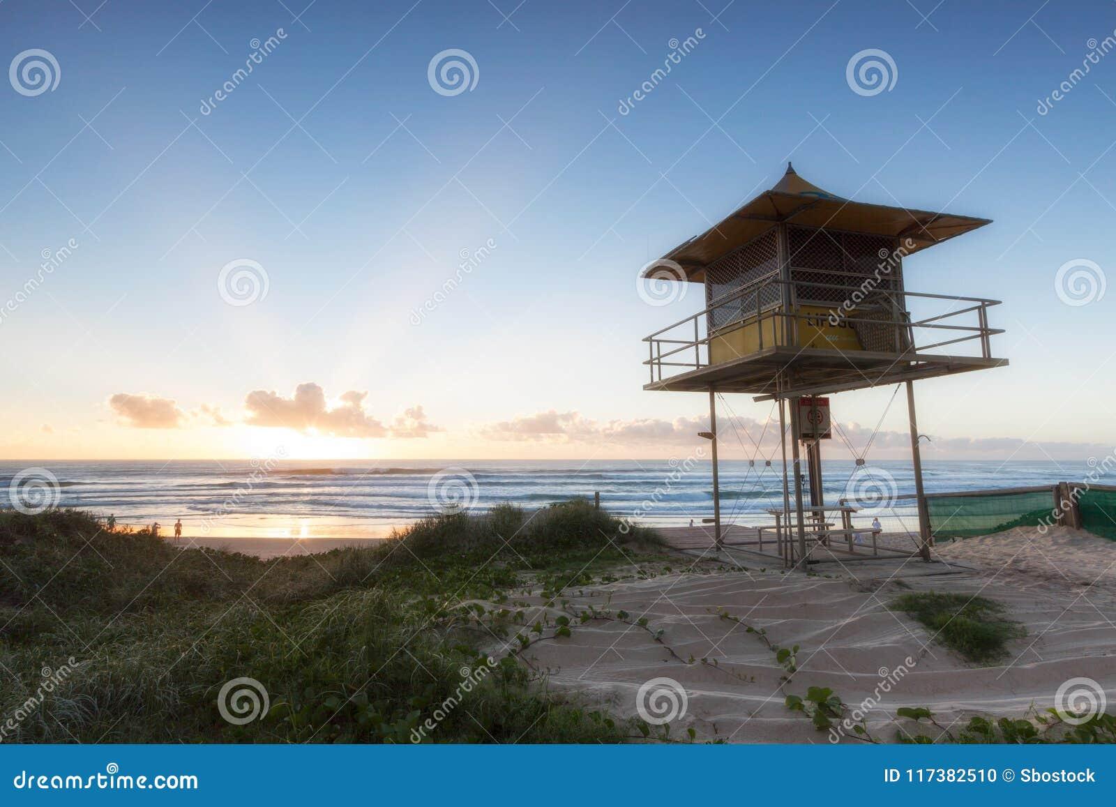 Leibwächterpatrouillenturm auf dem Strand bei Sonnenaufgang, Gold Coast Australien
