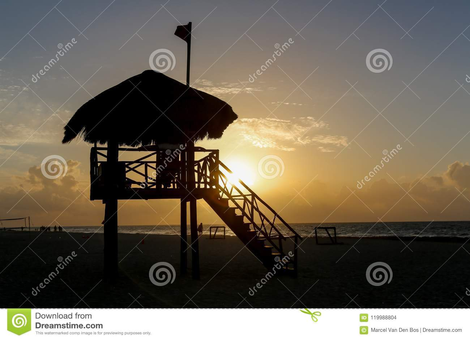 Leibwächterturm am Strand während des runrise