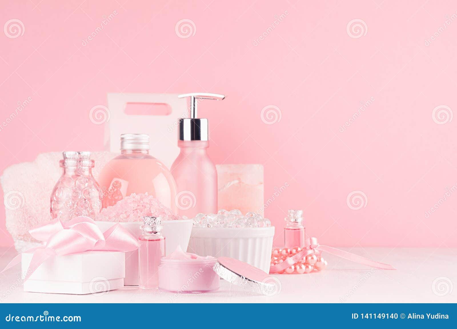 Leichte mädchenhafte Frisierkommode mit Kosmetikprodukten - stieg Öl, Badesalz, Creme, Parfüm, Baumwolltuch, Flasche, Schüssel, K
