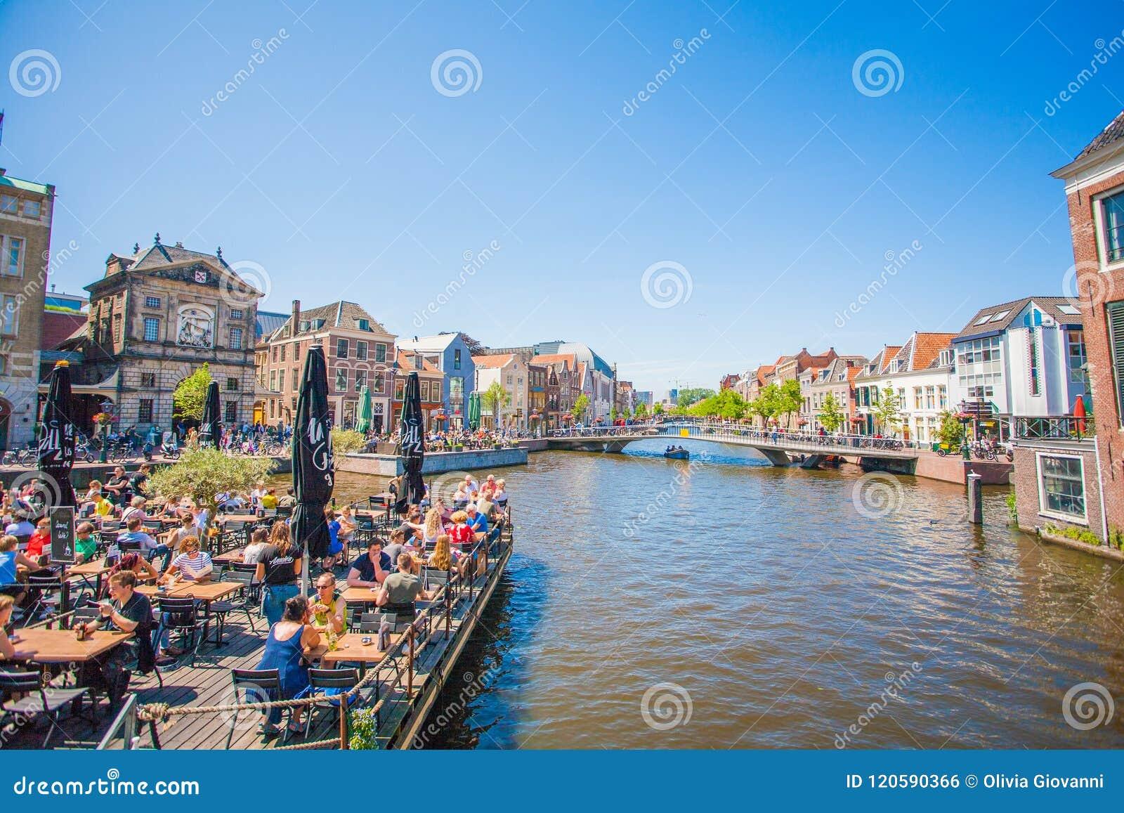 LEIDEN kanał NA centrum miasta, niebieskie niebo słoneczny dzień