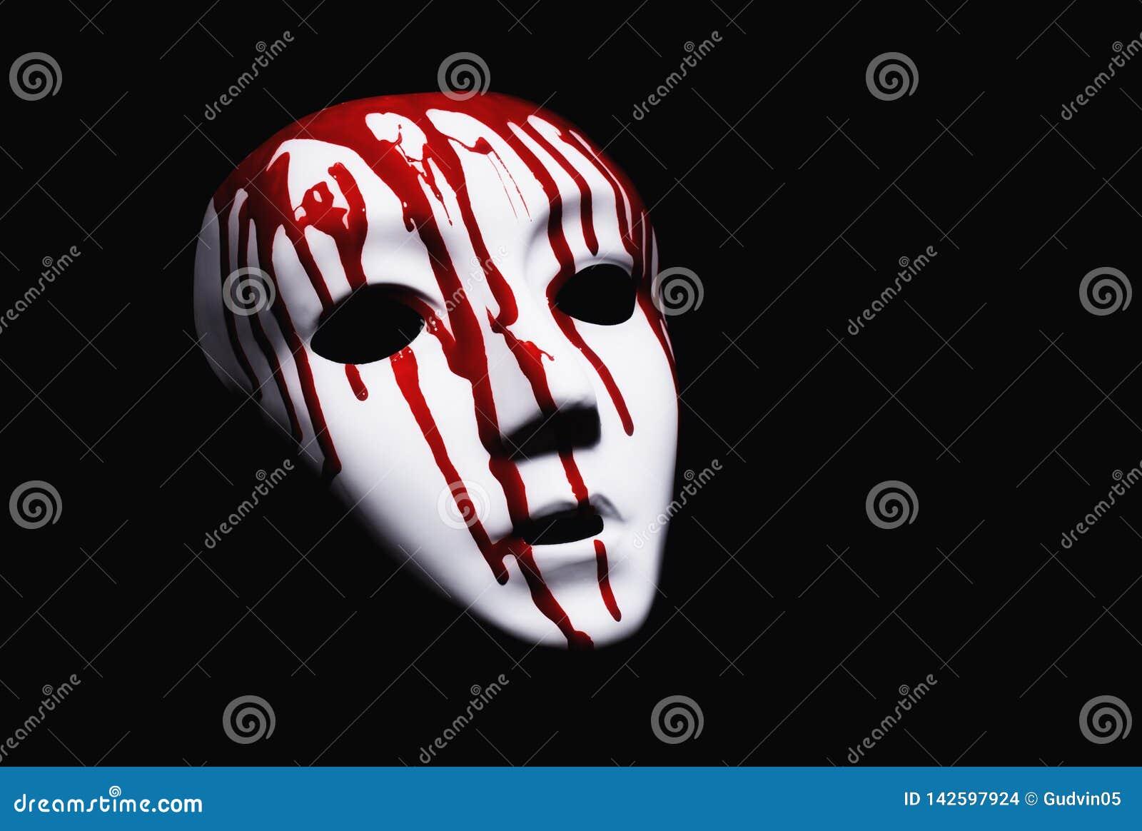 Leidendes Konzept Weiße Maske mit blutigen Tropfen auf schwarzem Hintergrund