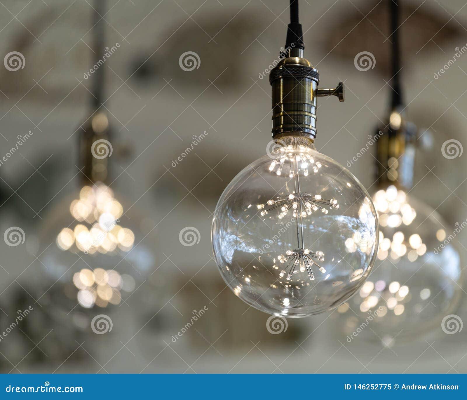 LEIDENE tegenhangerlichten met ronde glasballen, messingscontactdozen die, het gloeien, van het plafond 8x10 hangen