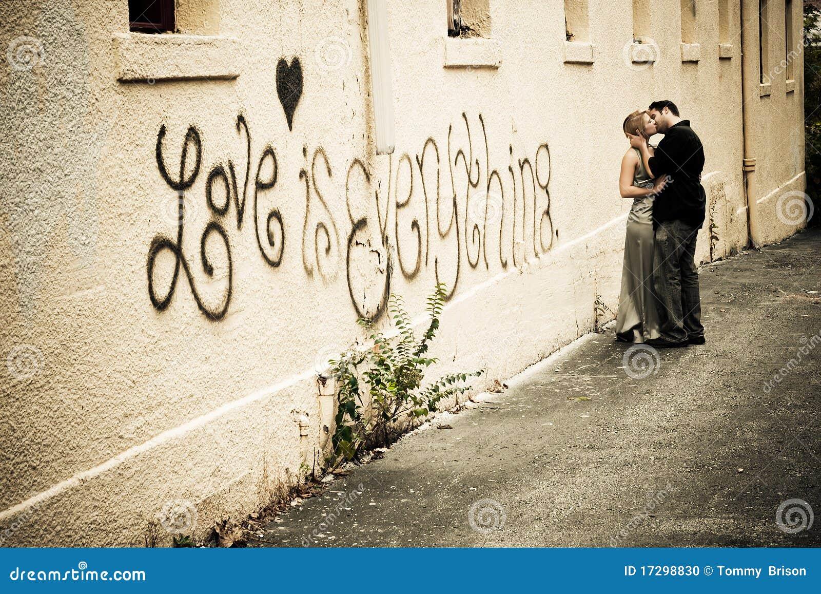 Leidenschaftlicher Kuss In Der Gasse Stockfoto - Bild von