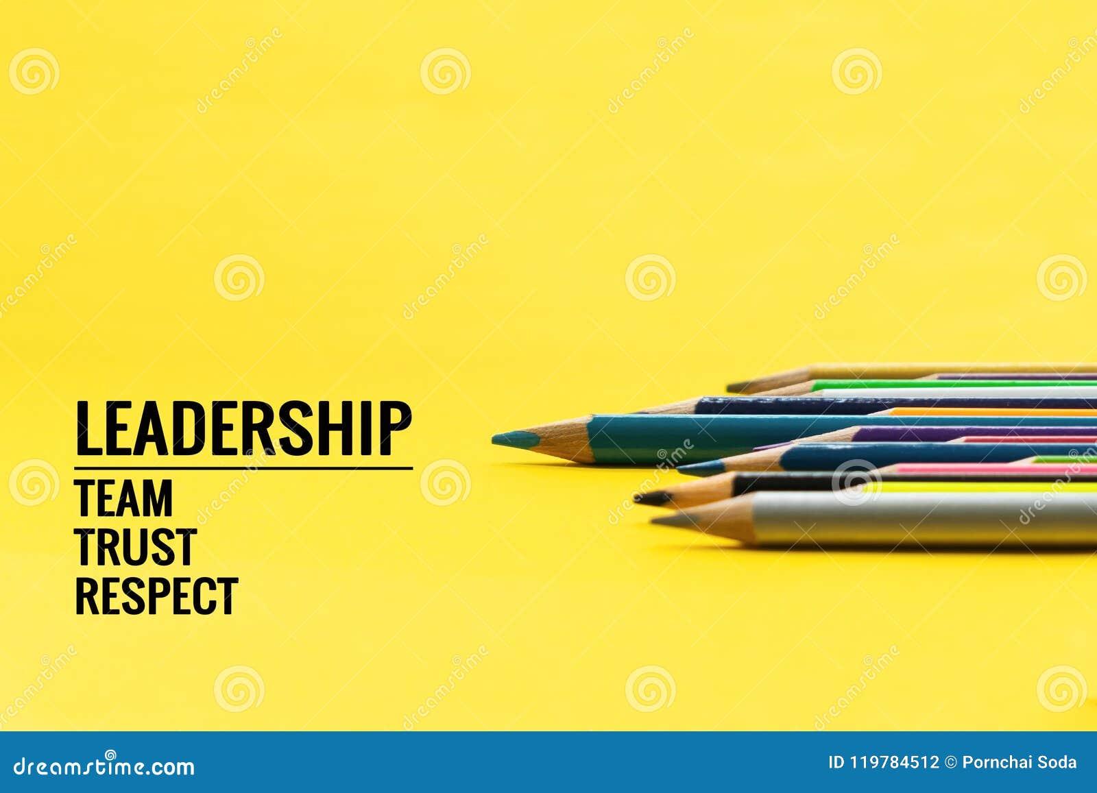 Leidings bedrijfsconcept Het blauwe kleurenpotlood leidt andere kleur met woordleiding, team, vertrouwen en eerbied op gele achte