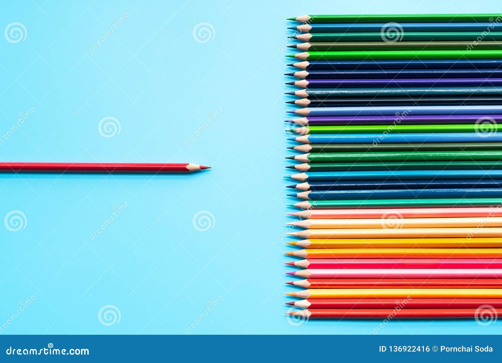 Leidings bedrijfsconcept Het loodpresentatie van het rode kleurenpotlood aan andere kleur