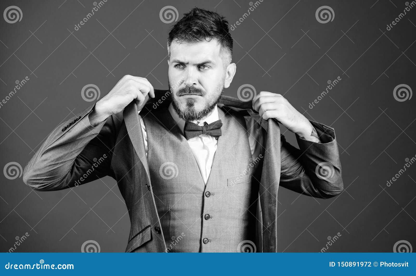 Leiloeiro bem sucedido neg?cio na vida moderna noivo maduro de Bride do ilusionista pronto para o casamento esthete Arte ? moda