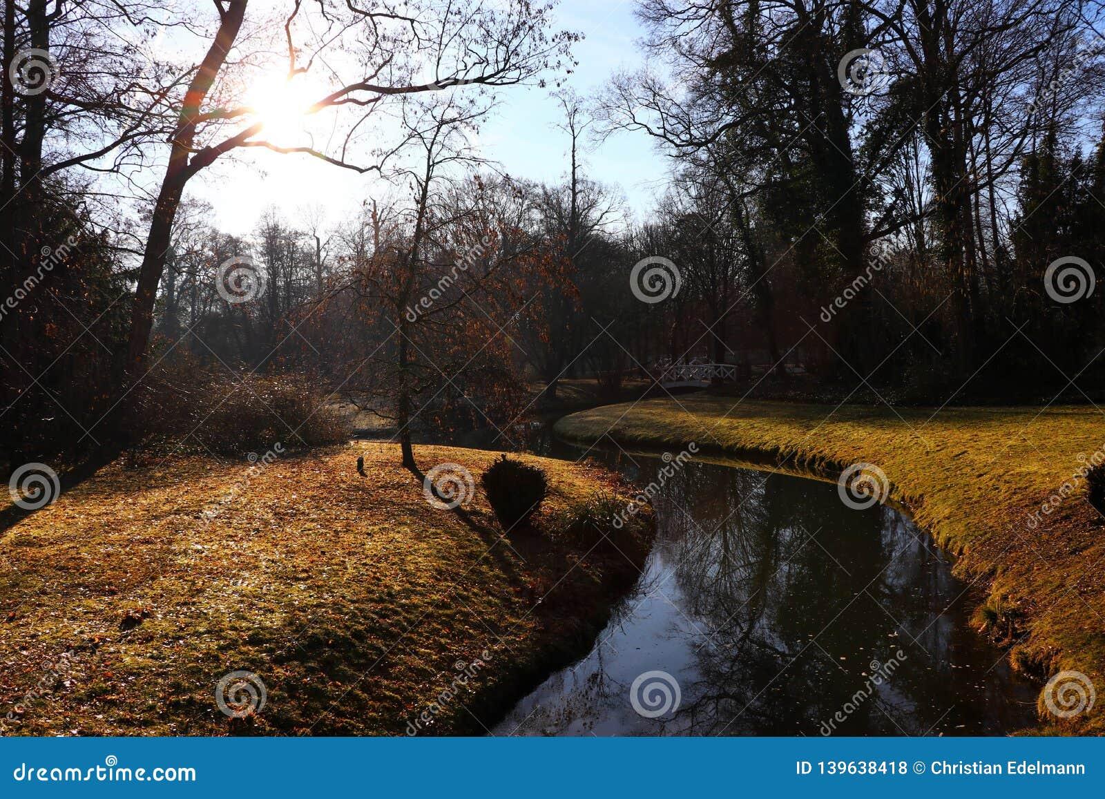 Leimbach w wschód słońca - grodowy ogrodowy Schwetzingen Niemcy