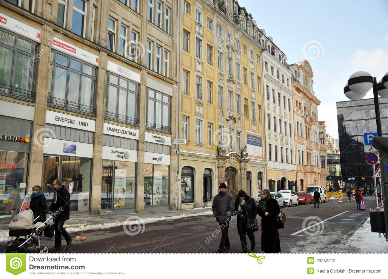Leute, die in die Mitte von Leipzig gehen