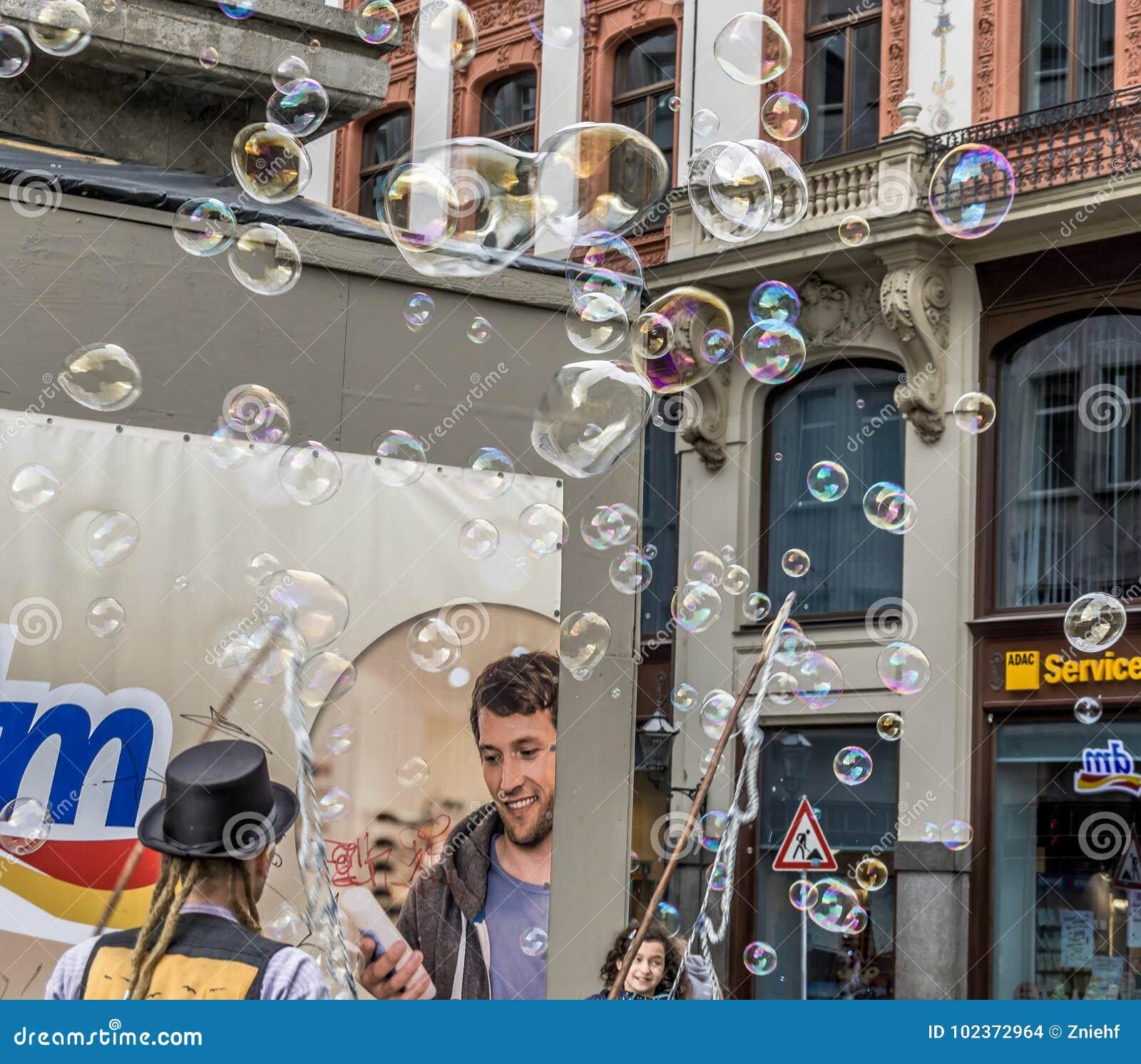 Leipzig, Saksen, Duitsland - Oktober 21 2017: De straatkunstenaars verdienen