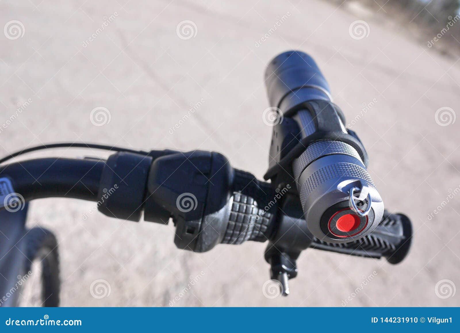 Leistungsf?hige und helle Taschenlampe, die auf Batterien l?uft Spezieller Berg der Laterne, zum in der Lage zu sein, ihn auf der