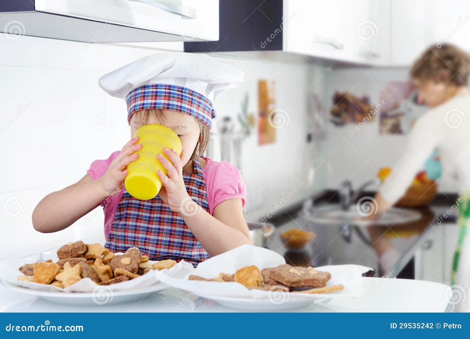 Leite bebendo da menina bonito pequena