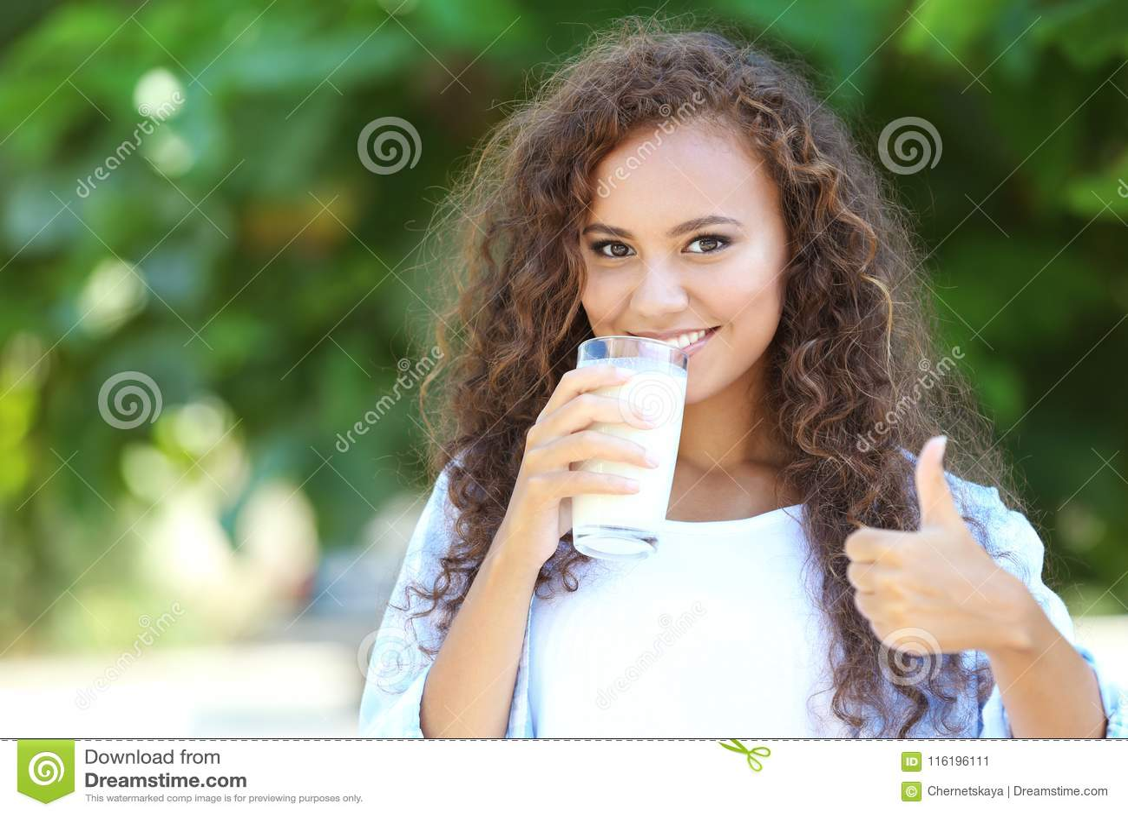 Leite bebendo da mulher afro-americano nova bonita