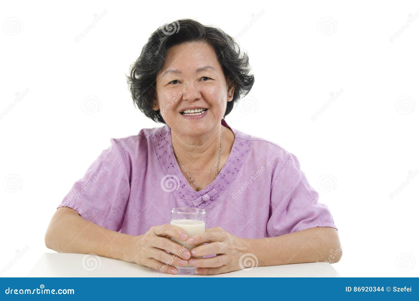Leite bebendo superior de mulher adulta