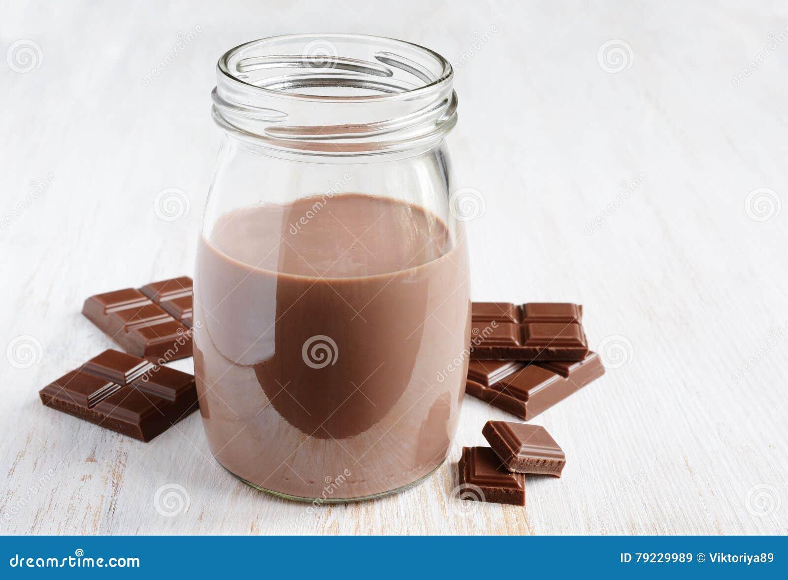 Leite de chocolate com partes de barra de chocolate