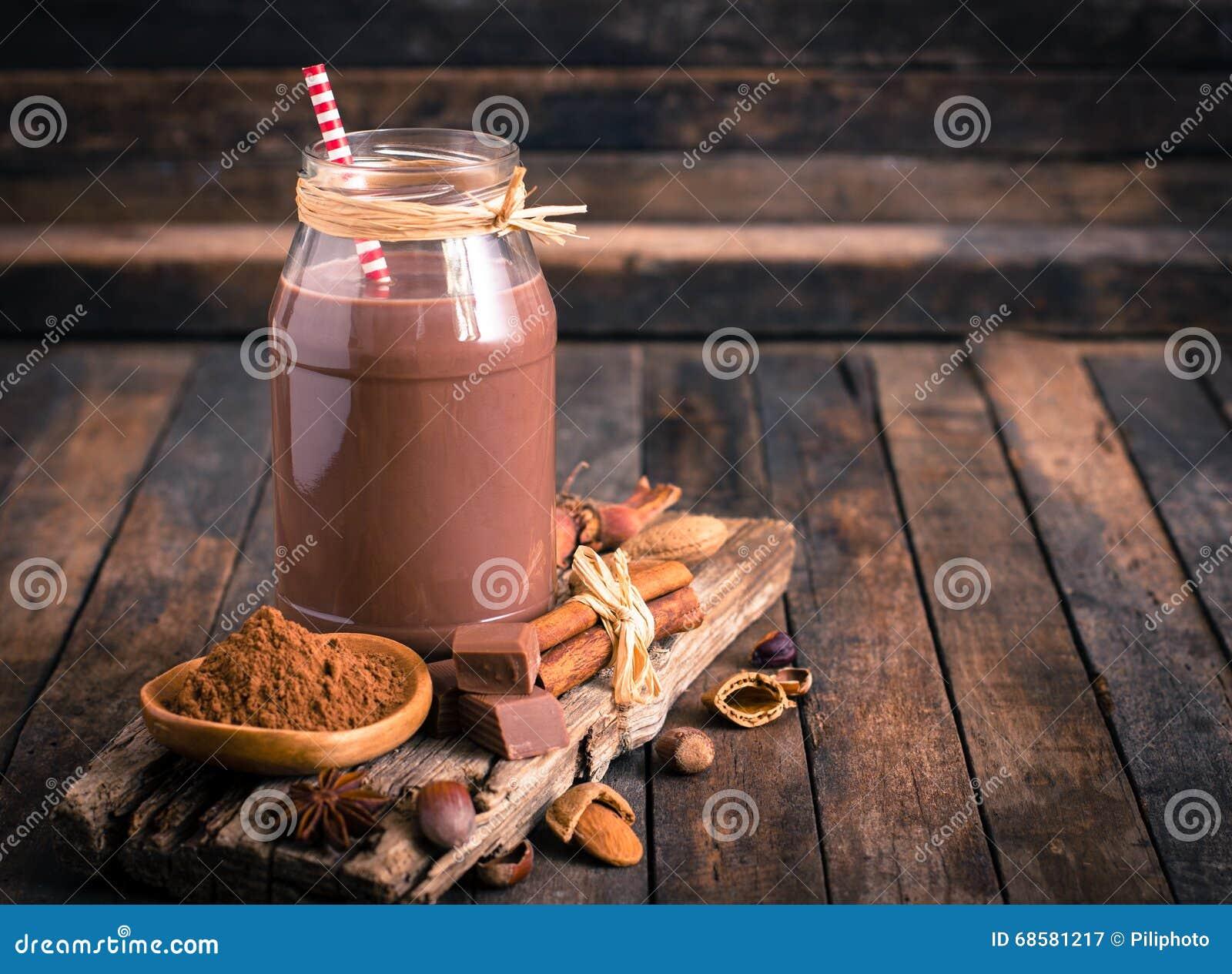 Leite de chocolate no frasco