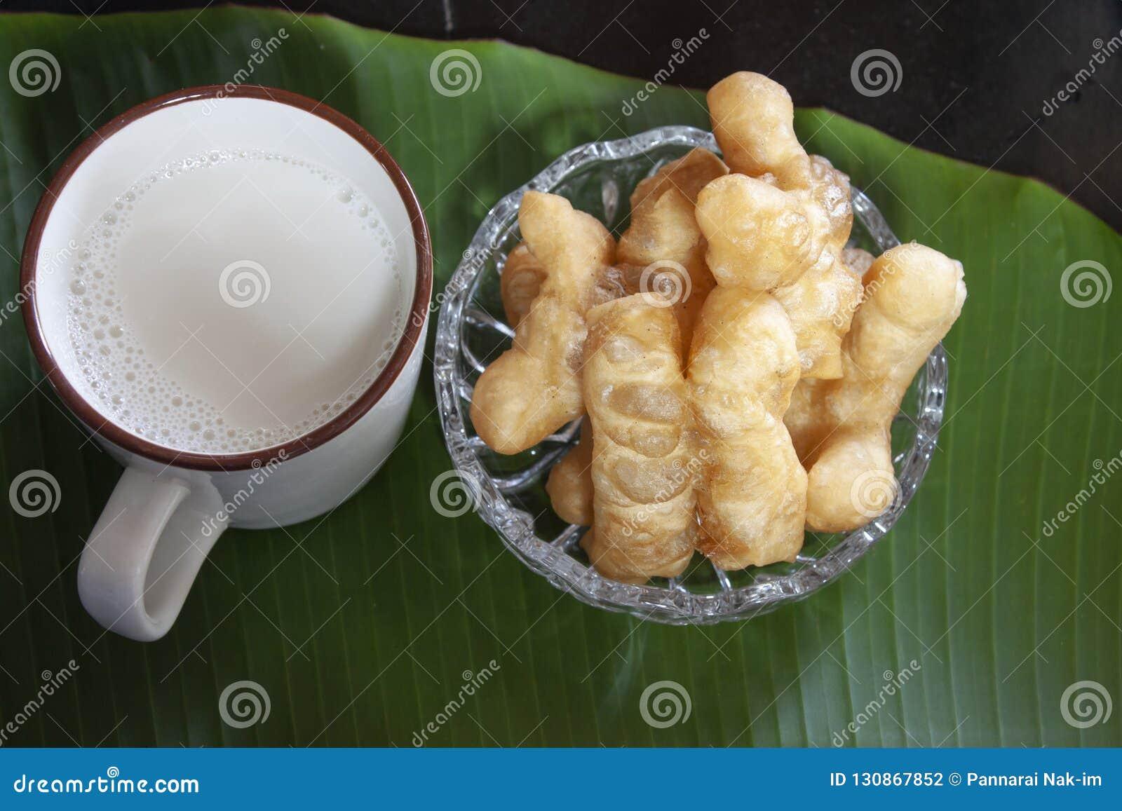 Leite de feijão de soja com a vara de pão fritado ou a filhós chinesa