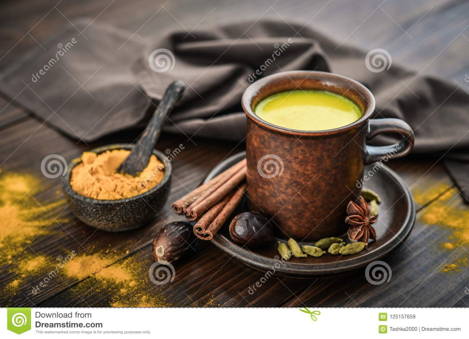 Leite indiano tradicional da cúrcuma da bebida