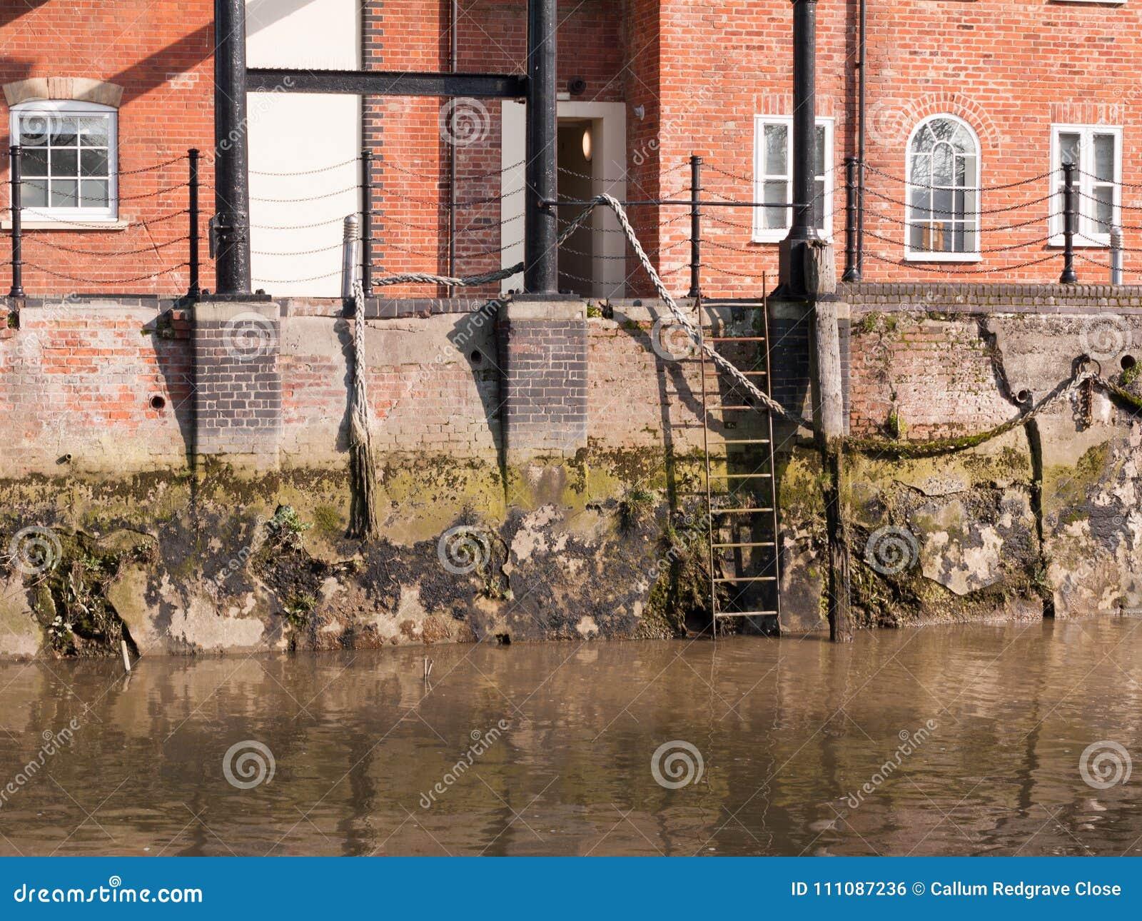 Leiter an der Seite von Fluss koppelt Szene außerhalb des Wassers kein Leute empt an