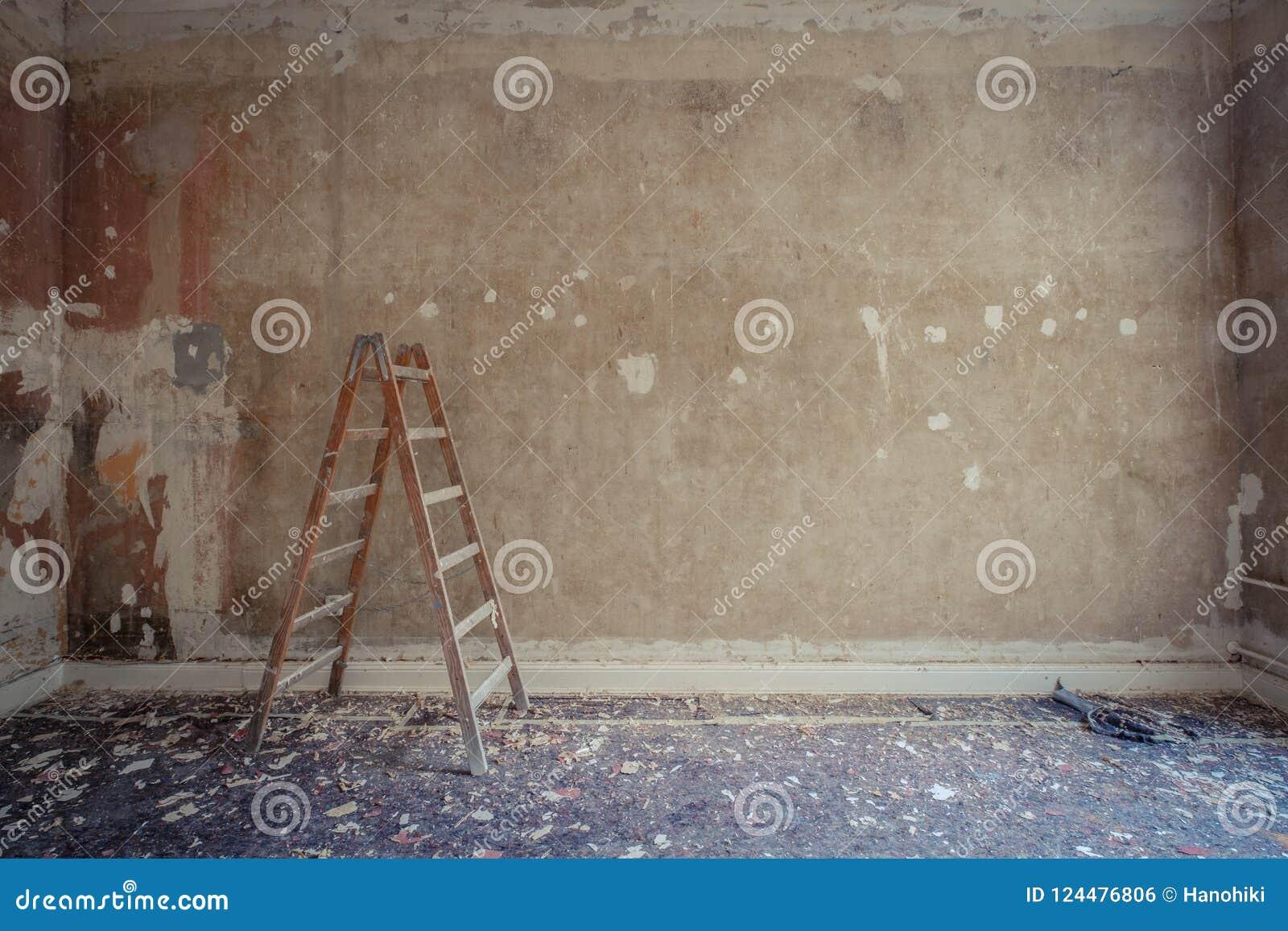Leiter im leeren Raum während der Erneuerung - Inneneinrichtung, Wiederherstellungskonzept