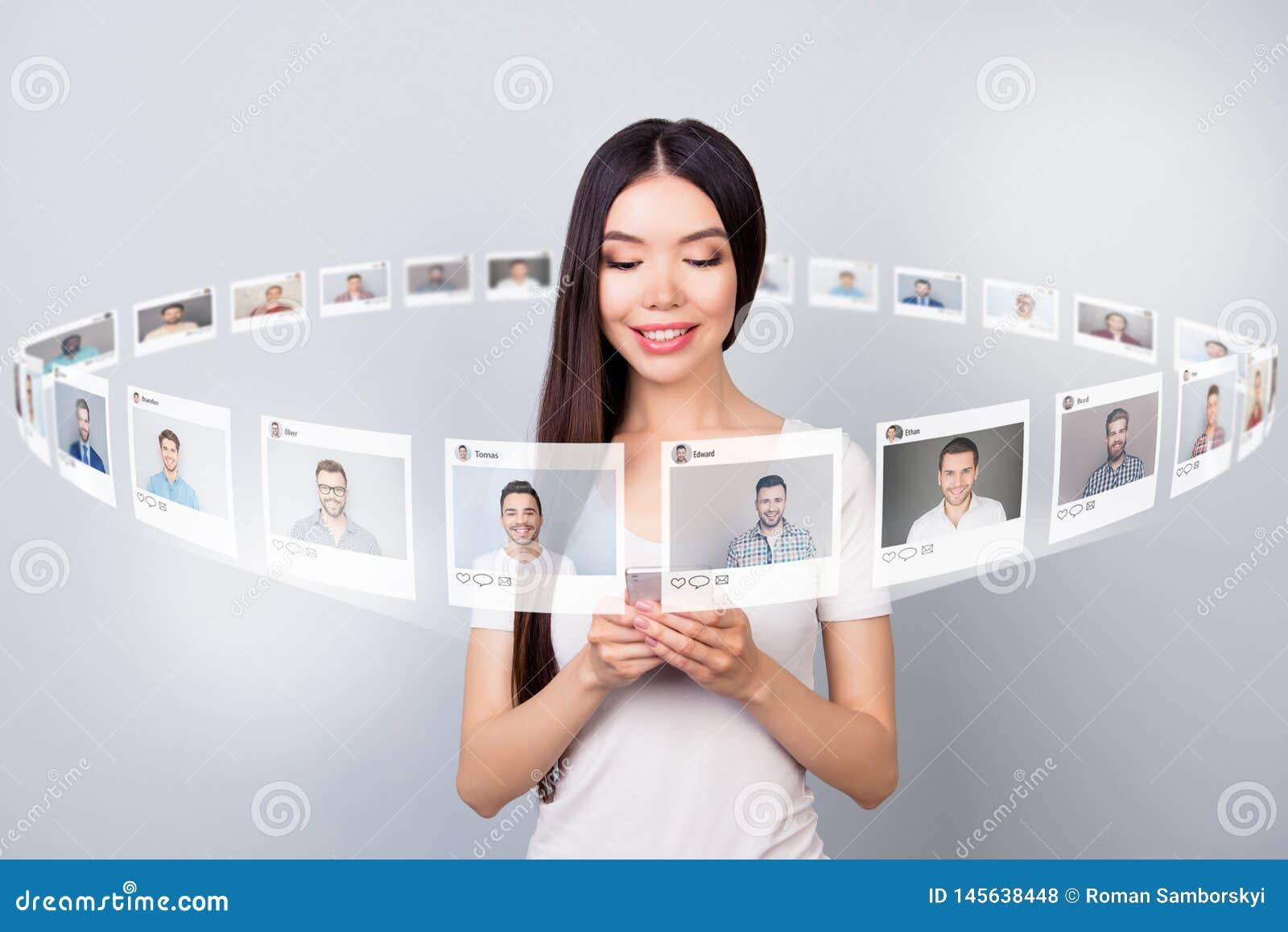 Leitor ascendente próximo da foto seus lotes da verificação da senhora envia e-mail o repost da parte do telefone como o fórum do