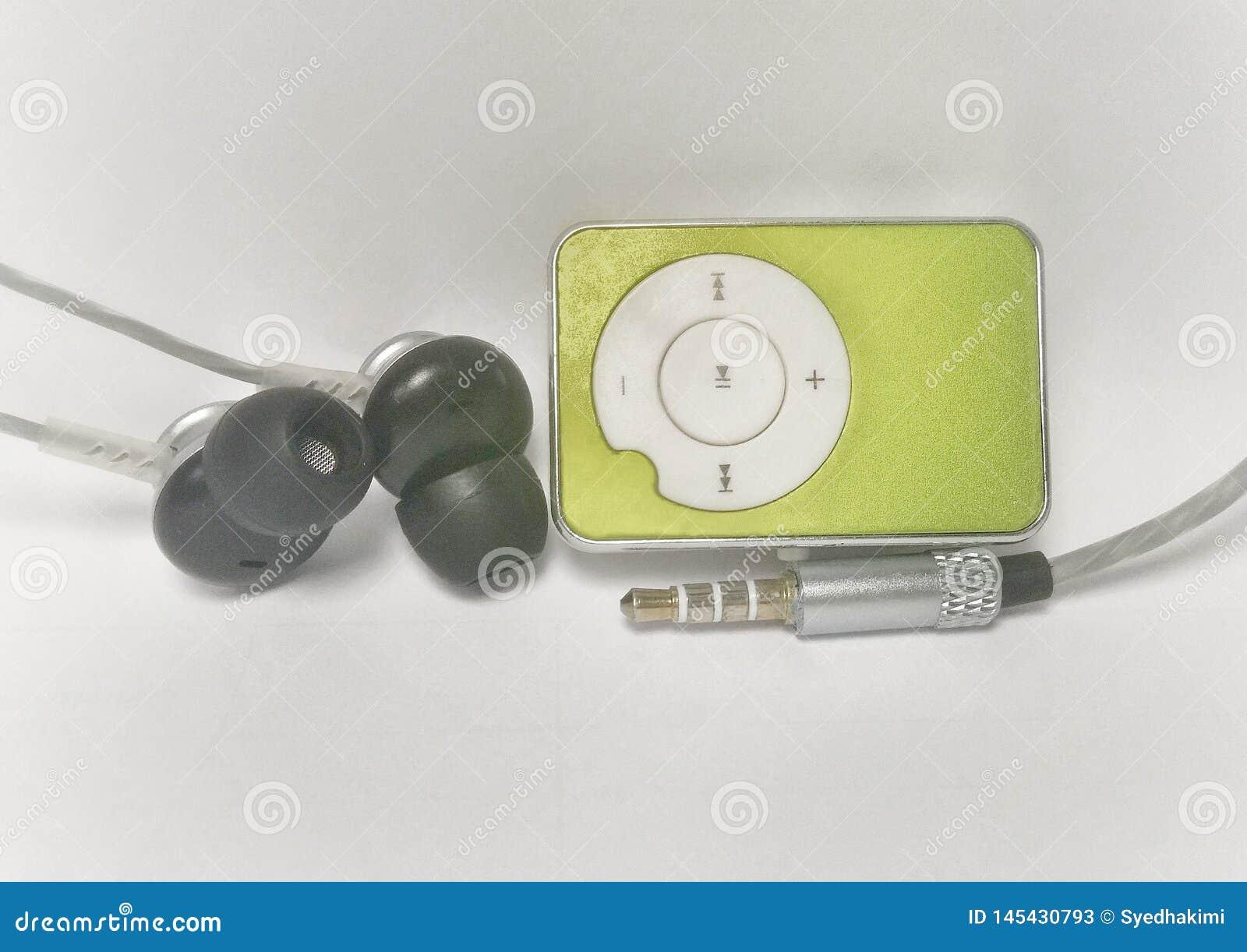 Leitor de mp3 verde com um fone de ouvido e um jaque audio