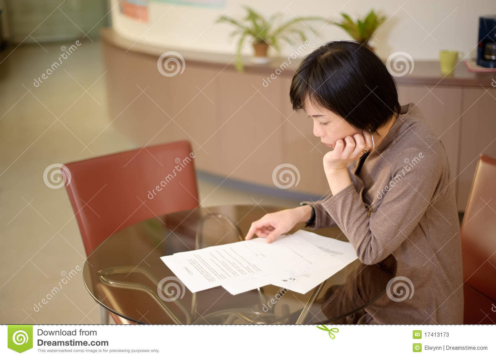 Leitura asiática da mulher