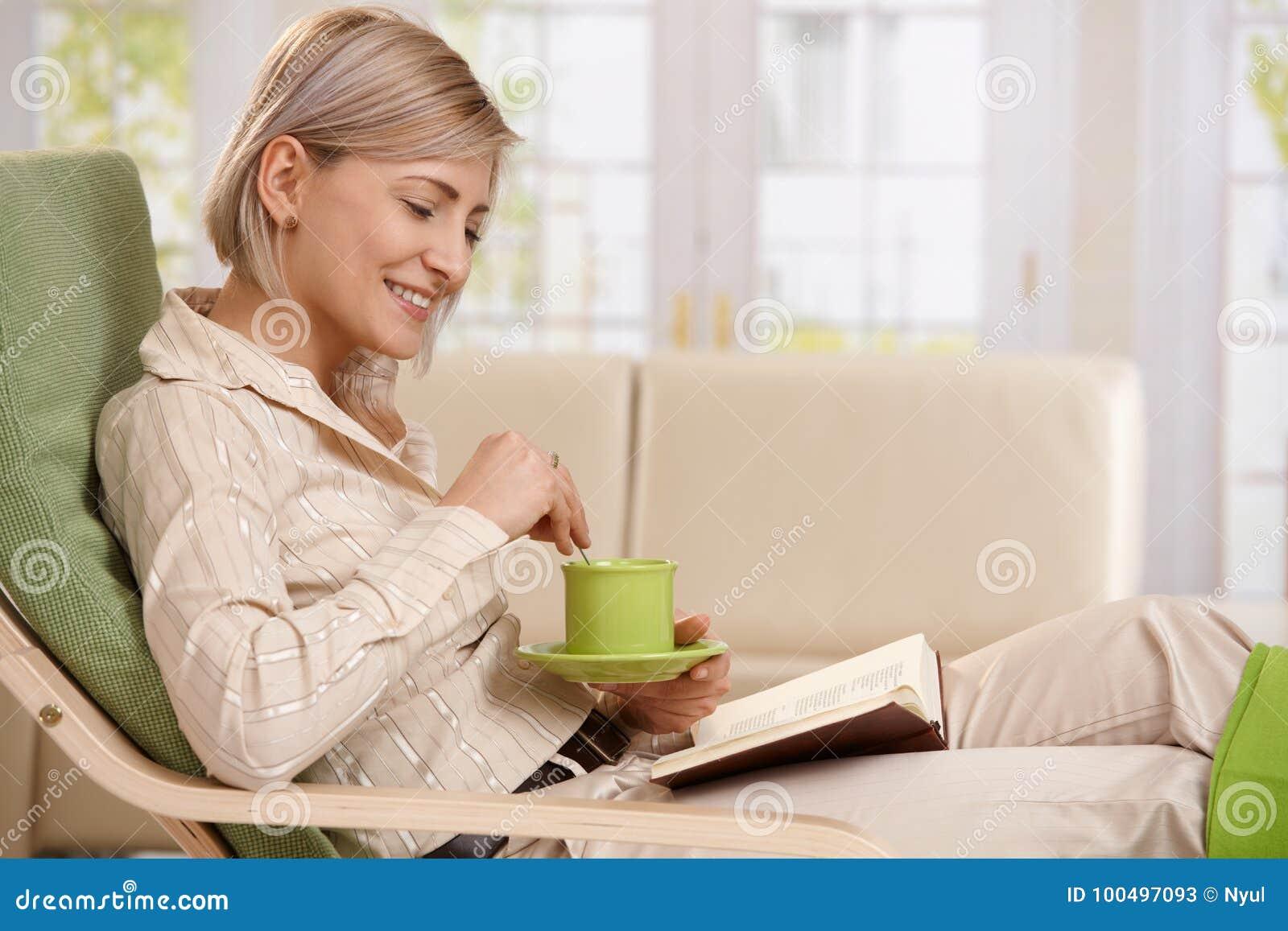 Leitura da mulher com café