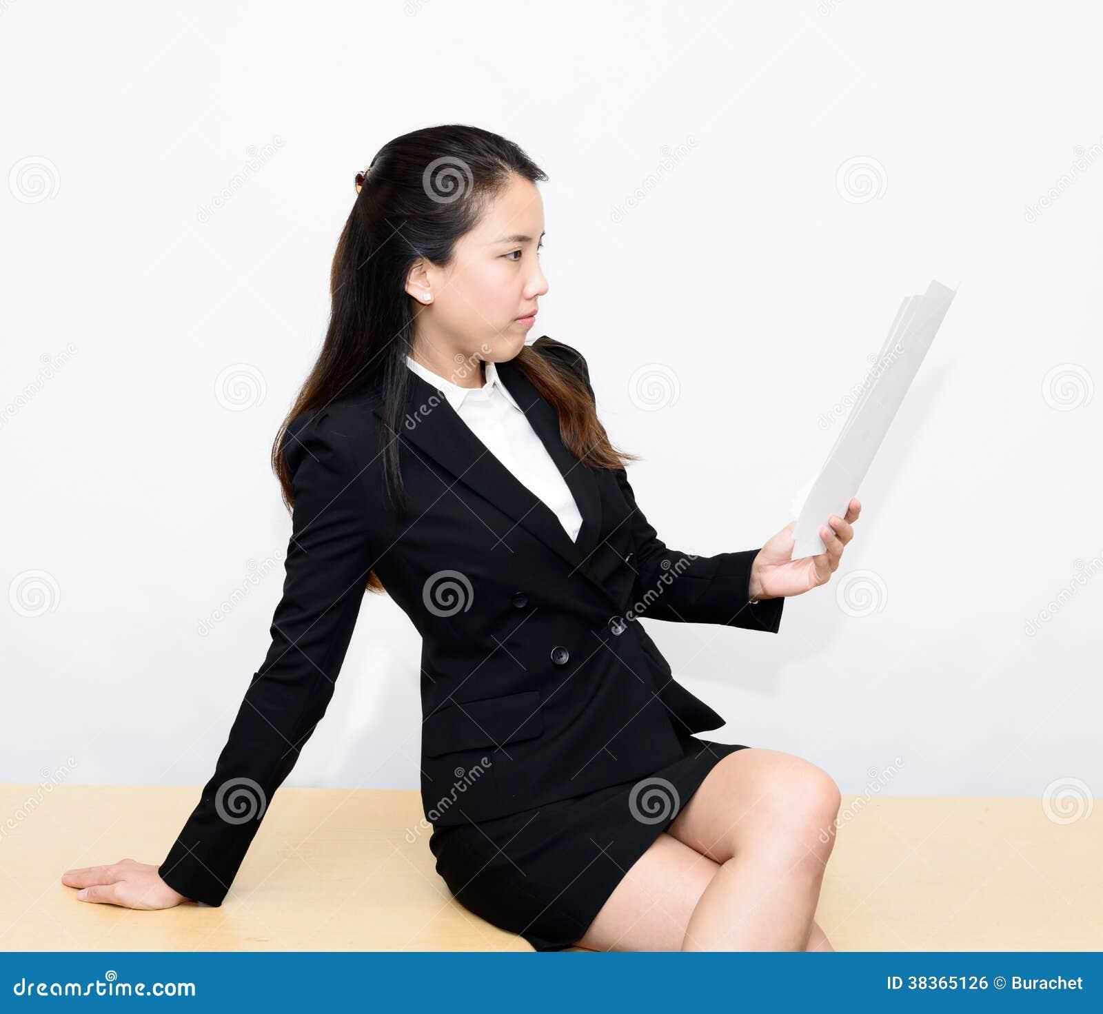 Leitura da mulher de negócio