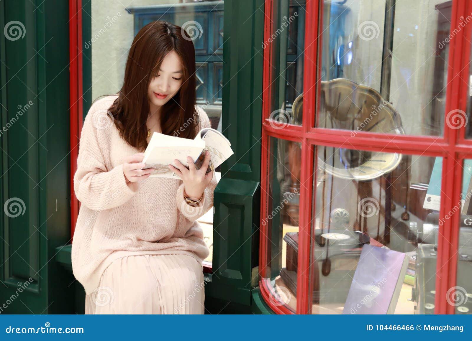 Leitura da mulher no mercado brilhantemente iluminado