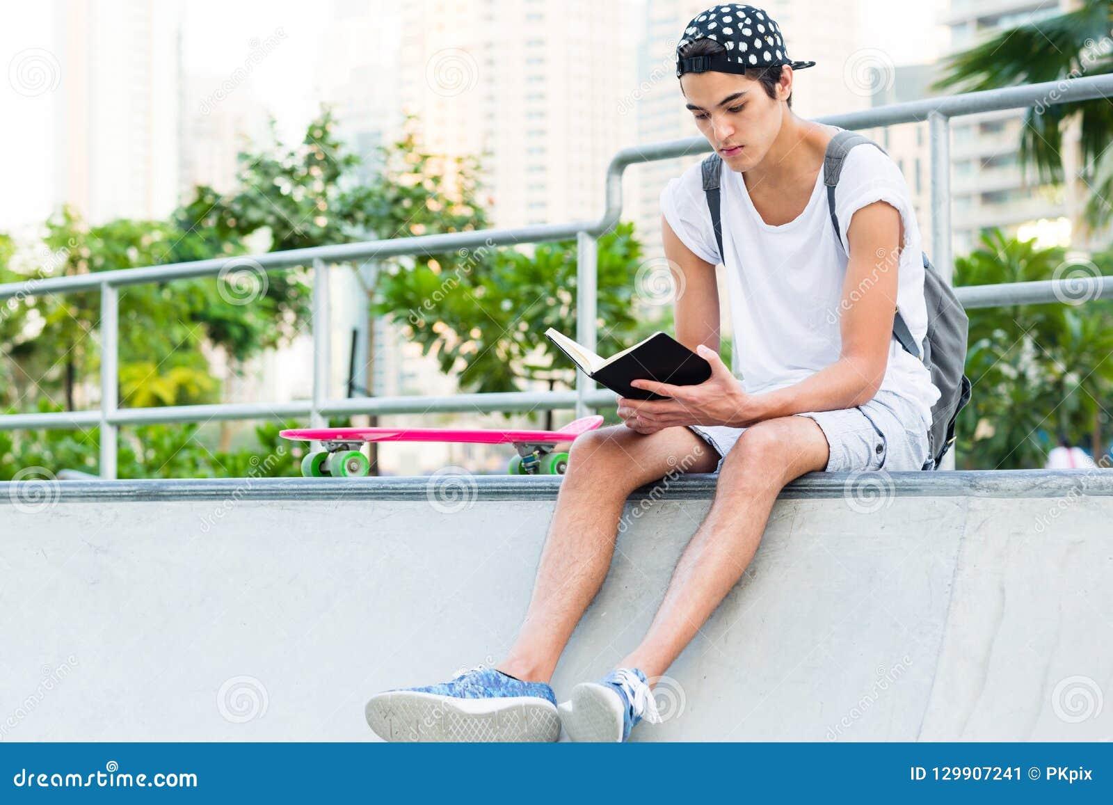 Leitura do homem novo no parque do skate