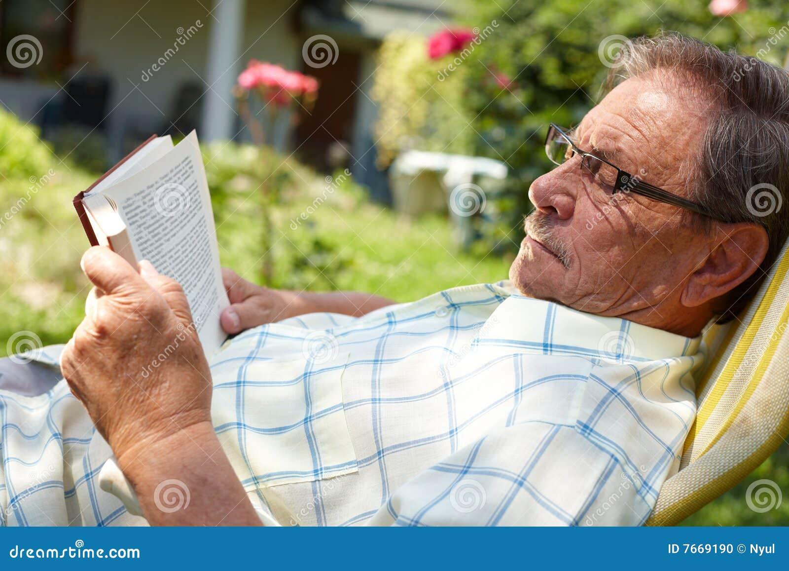 Leitura do homem sênior ao ar livre