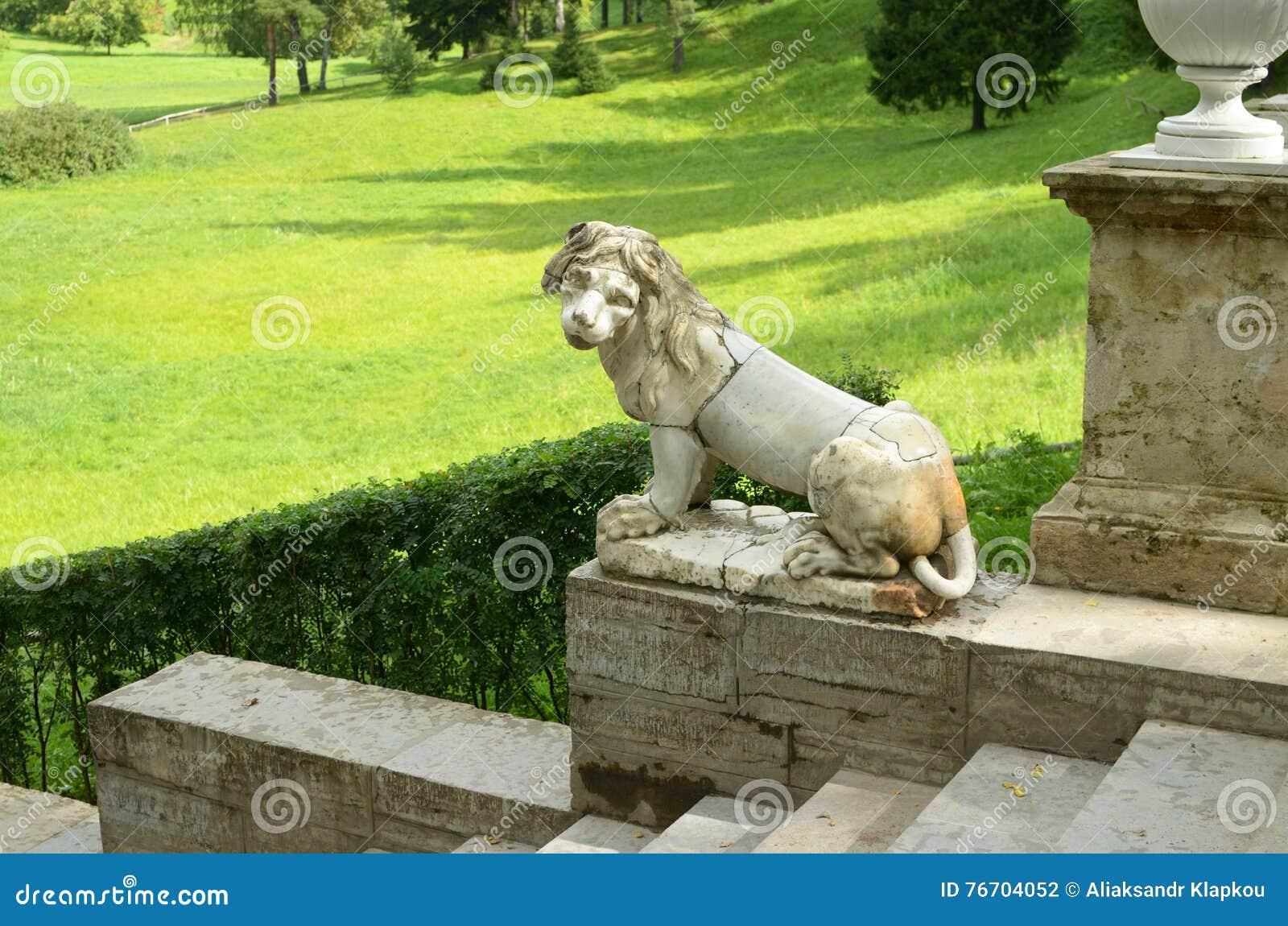 Lejonet sitter på trappan