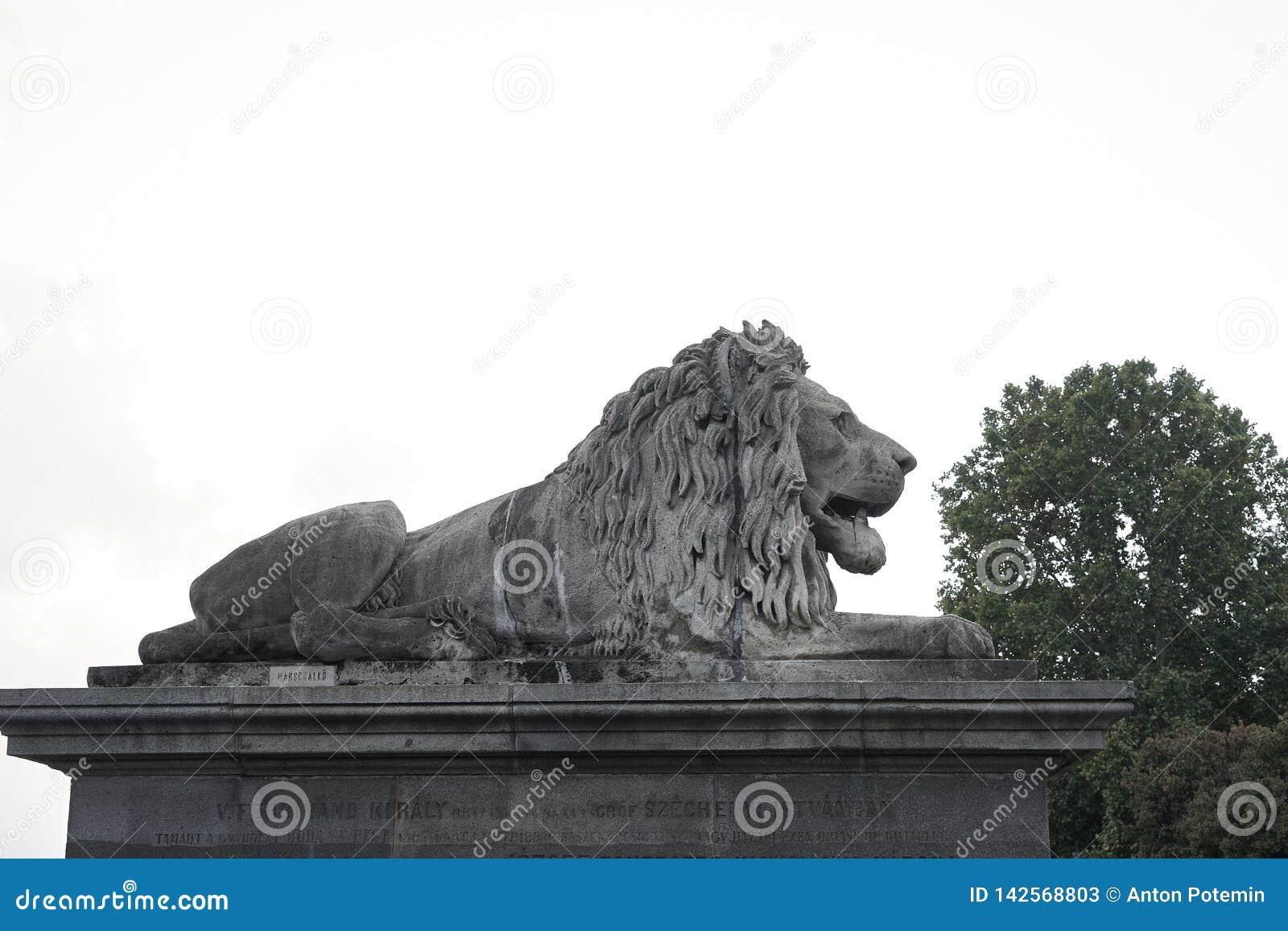 Lejonskulptur på uppsättningen
