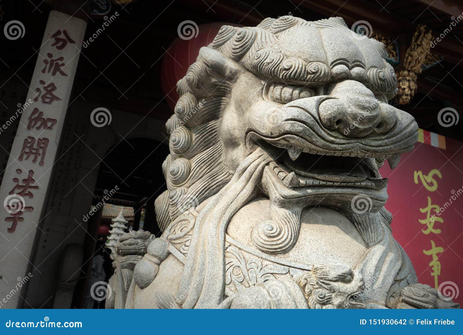 Lejonstaty på en kinesisk tempel