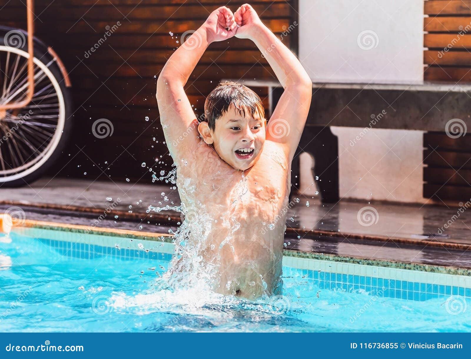 Lek för barn` s, pojke som går att slå vattnet och att ha gyckel på en sommar