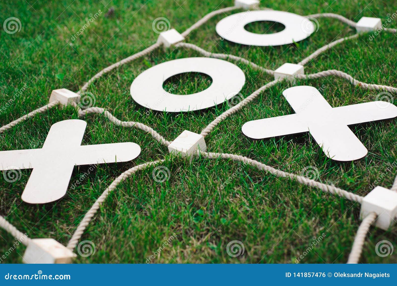 Lek för muskelryckningTac-Toe Lek på grönt gräs