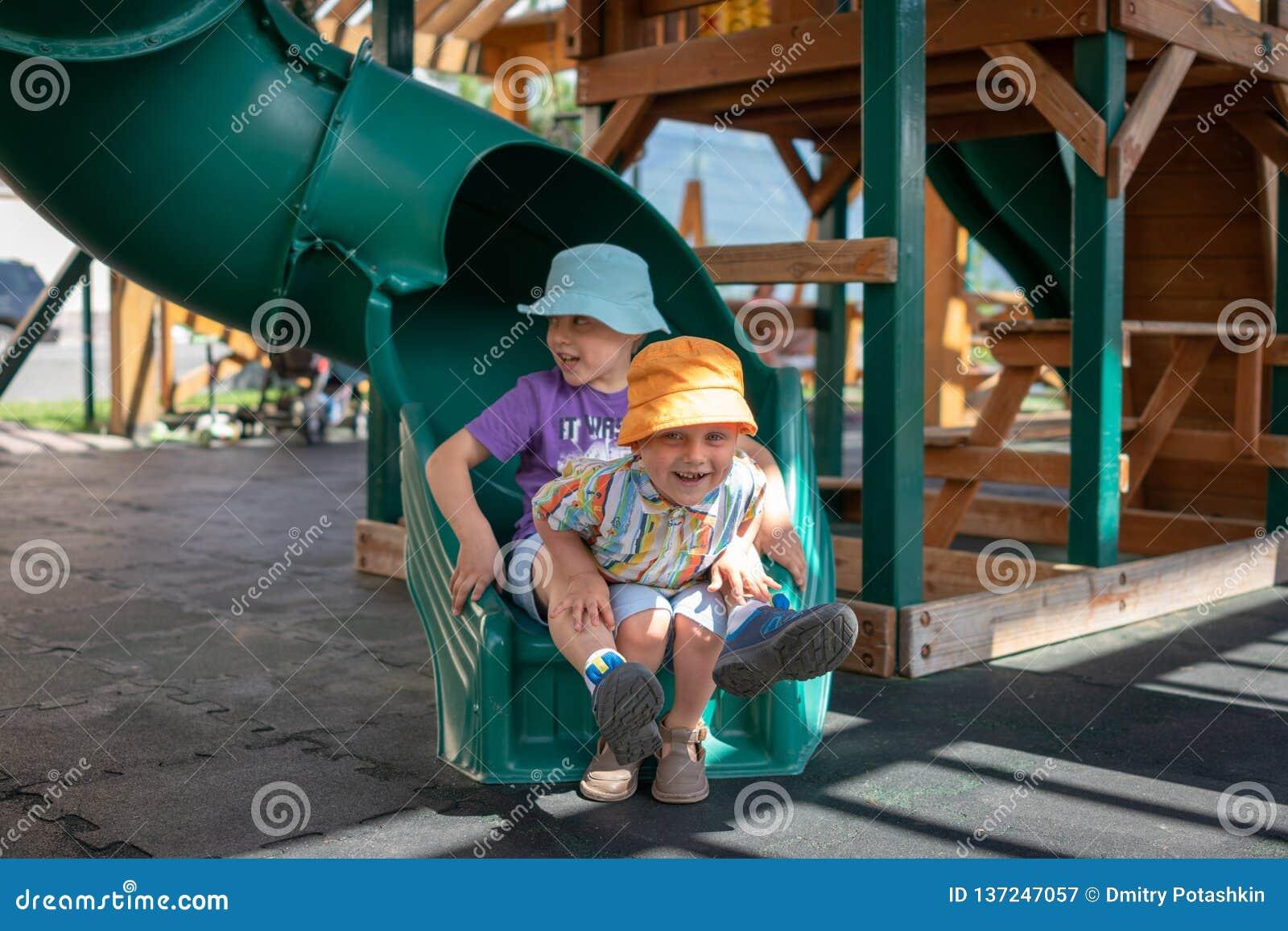Lek för två pojkar på lekplatsen