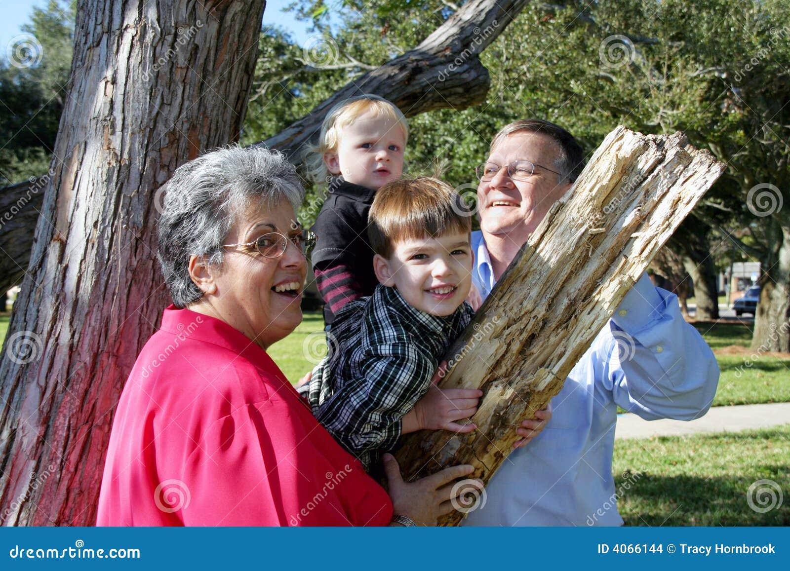 Leka för barnbarnmorföräldrar