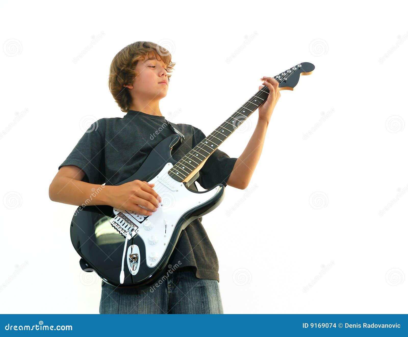Leka för pojkegitarr som är teen