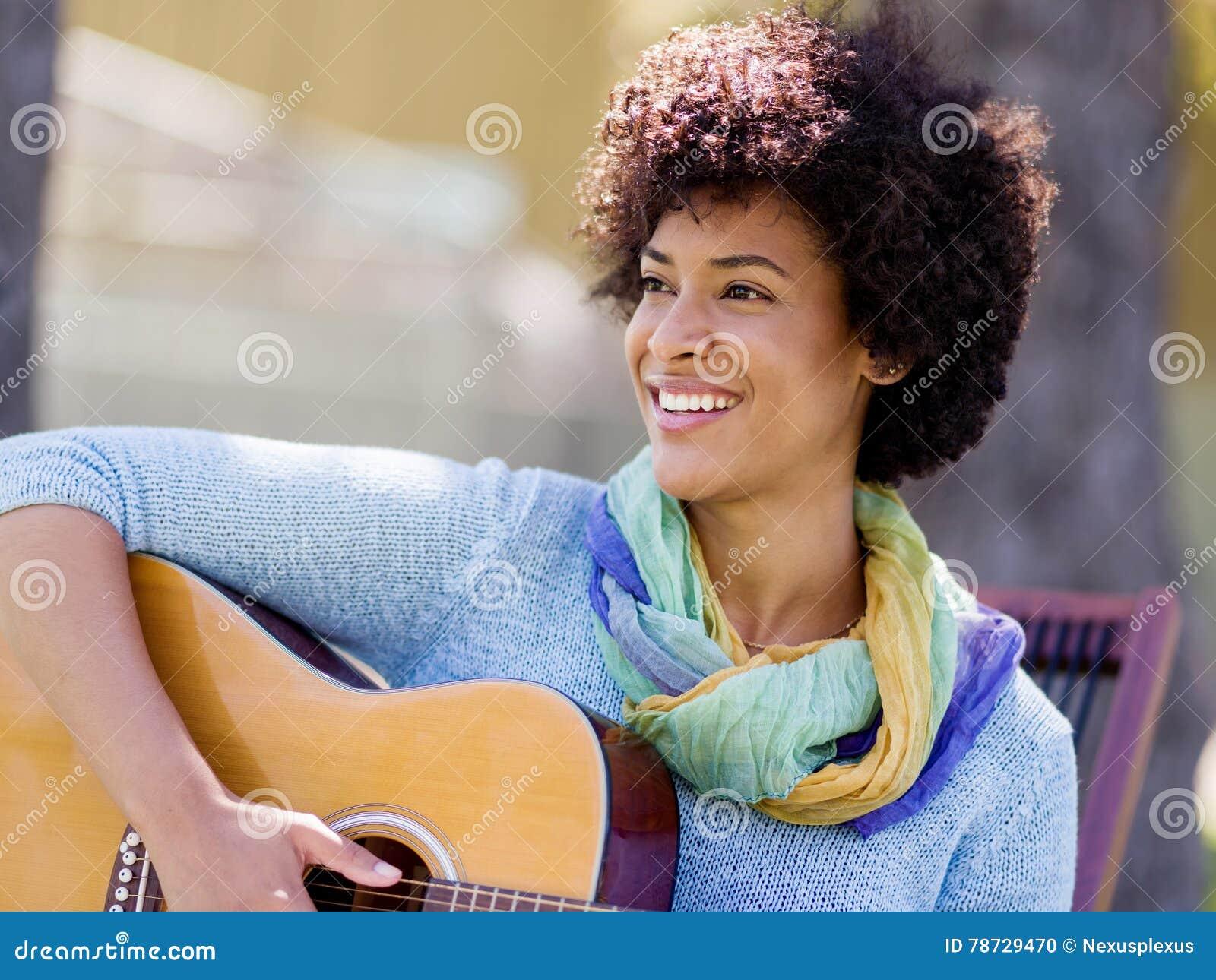 Leka kvinna för gitarrpark